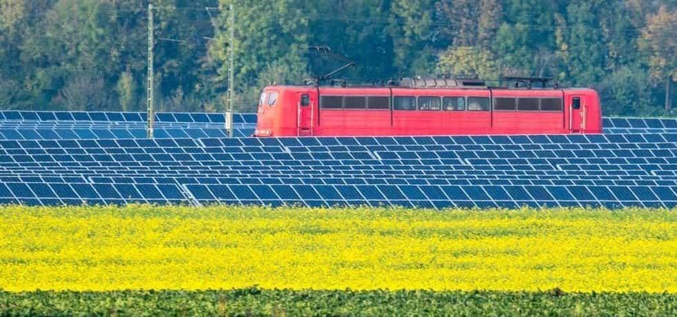 Vlak Deutsche bahn projíždí solární elektrárnou