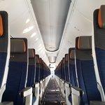 Ekonomická třída Boeingu 737 Max 8 má 156 sedadel, byzyns třída dalších 10. Jak ale upozorňuje Alex Fecteau, marketingový ředitel Boeingu, hlavní technologické posuny jsou jinde než v interiéru. Motory CFM Leap jsou nyní o 14 procent úspornější a letoun má navíc o 40 procent nižší hluk než běžné sedmtřisedmičky.