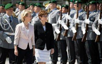 Bývalá a současná německá ministryně obrany. Ursula von der Leyenová a Annegret Krampová-Karrenbauerová.