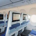 V ekonomické třídě jsou sedadla vybavená displeji. Nové úspornější a komfortnější boeingy 737 Max 8 pořizuje Flydubai především pro své dálkové lety.