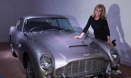 """Jedna z hereček """"Bond-girl"""" Britt Eklandová pózuje u agentova slavného vozu Aston Martin DB5"""