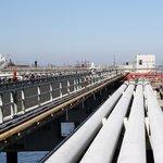 Hlavně to nepomíchat. Terstský přístav je vybaven na příjezd až čtyř tankerů současně. Každý z nich přečerpává ropu do jiného potrubí, které ji přepraví do pět kilometrů vzdáleného skladovacího terminálu. Různé druhy ropy se přitom nesmějí pomíchat.