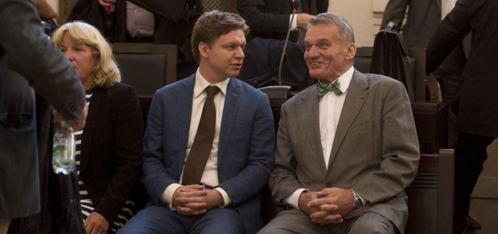 Zprava obžalovaní bývalí pražští primátoři Bohuslav Svoboda a Tomáš Hudeček u Městského soudu v Praze