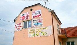 Ve slováckém Podolí mířila hesla na prostěradlech proti náměstku ministra životního prostředí a obecnímu zastupiteli Vladimíru Manovi.