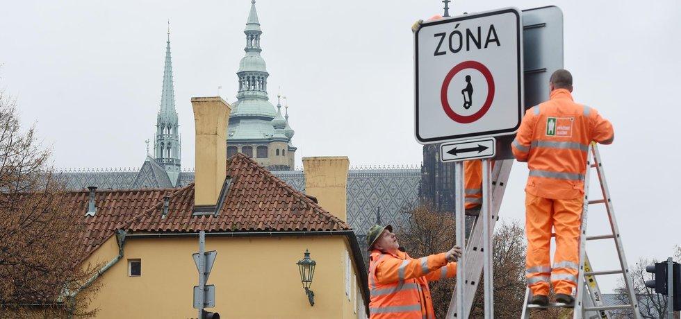Praha začala s instalací prvních dopravních značek upozorňujících na zákaz vozítek typu Segway.