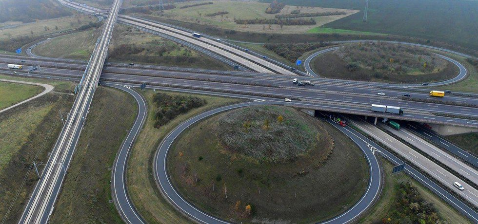 Trať vede v těsné blízkosti dálničního křížení u Erfurtu.