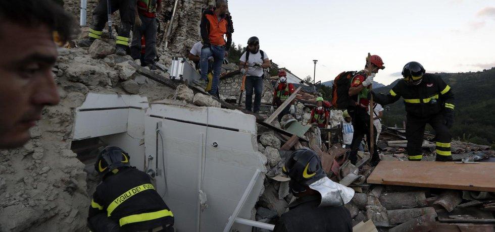 Záchranáři po zemětřesení ve střední Itálii (Zdroj: ČTK)