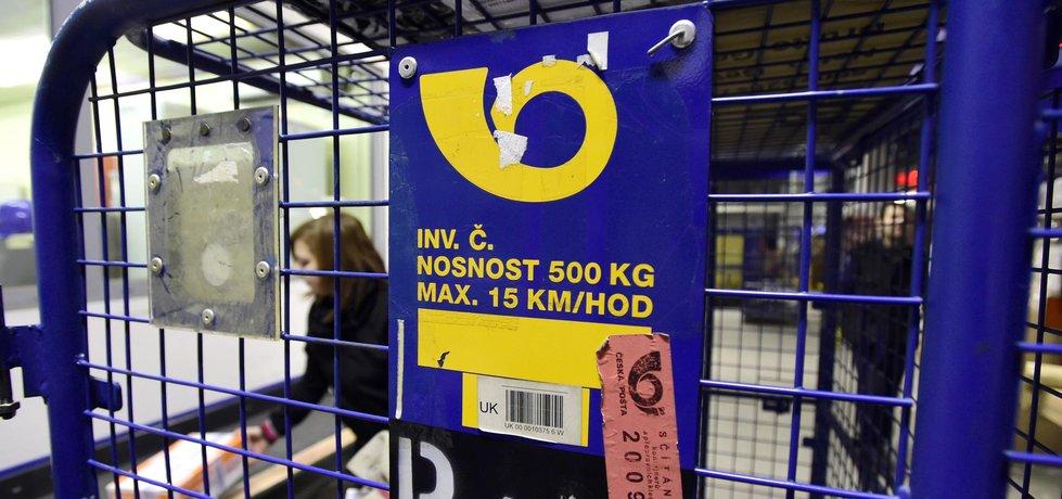 Největší nápor zažívají koncem roku pracovníci sběrného přepravního uzlu České pošty v Praze-Malešicích (na snímku ze 16. prosince). Loni prošlo v druhé polovině prosince největší třídírnou v Malešicích za jeden den 200 tisíc balíků, což je o 150 procent více proti běžnému pracovnímu dni.