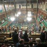 Někteří z aktivistů se přilepili ke sklu galerie pro návštěvníky parlamentu.