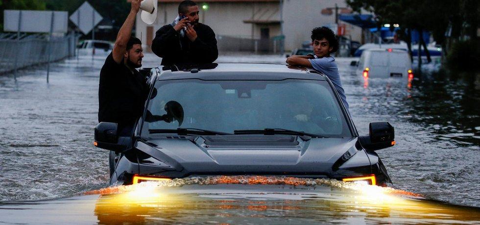 Houston je po hurikánu a bouři Harvey pod vodou