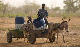Mnoho lidí sice přístup k pitné vodě má, ale někdy pro ni musí chodit do vzdálených míst.