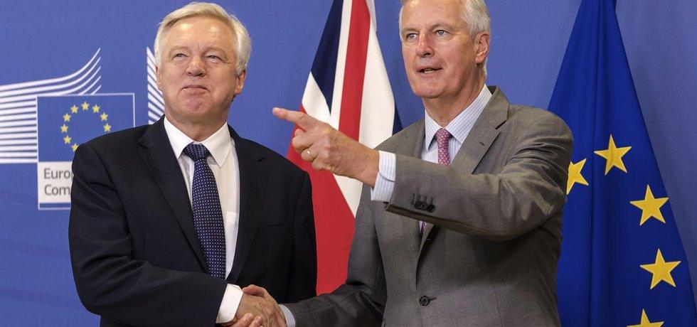 Vyjednavači o brexitu: David Davis za Británii a Michel Barnier za EU