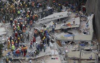 Záchranáři z celého světa pátrají po zemětřesení v Mexiku po přeživších
