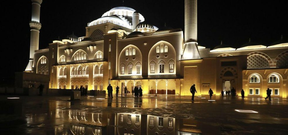Mešita byla postavena na vrchu Çamlica v Istanbulu