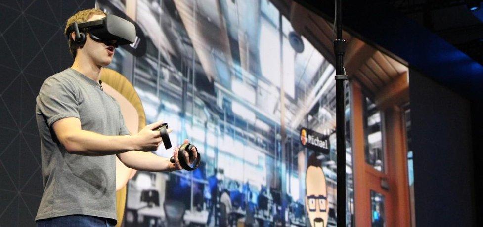 Šéf Facebooku Mark Zuckerberg si hraje ve virtuální realitě.
