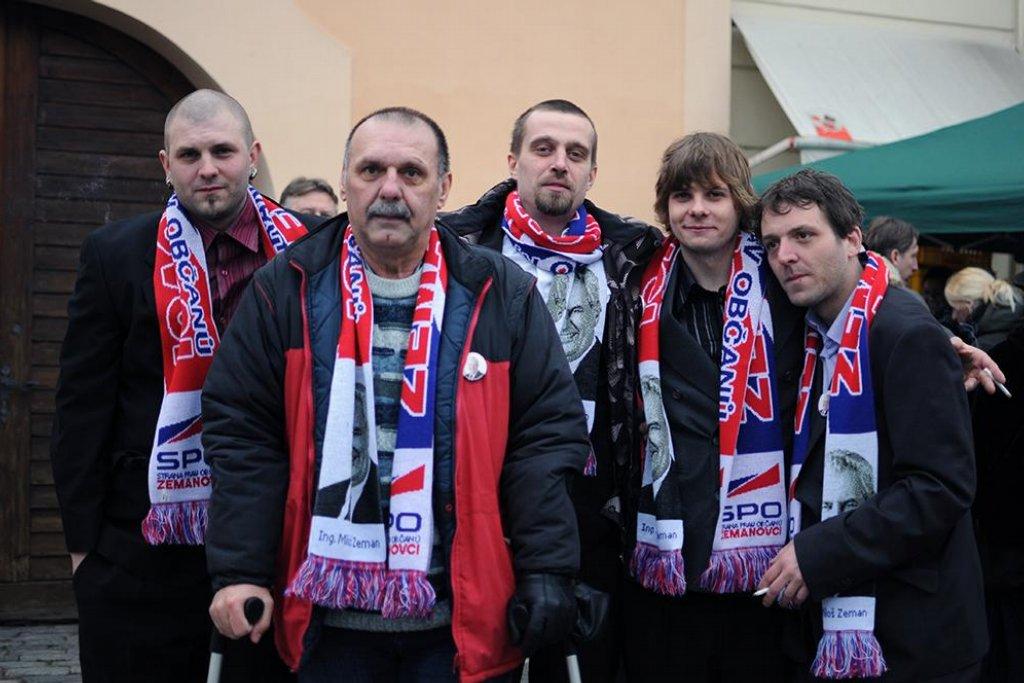 """""""Autobusem nás přijelo čtyřicet,"""" říká Jaroslav Smolař, který na Hrad přijel z Dolního Žandova v okrese Cheb. """"Z každého kraje měly přijet dva autobusy. Od nás dva dojely,"""" pochvaluje si důchodce."""