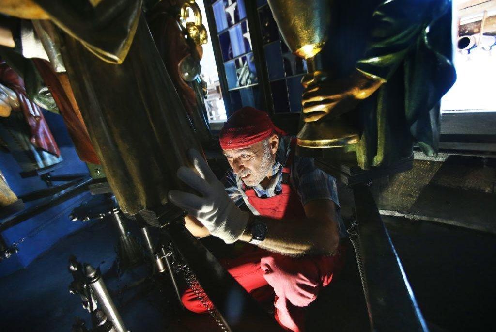 Strojovna je naplněna cvakáním, svistotem vzduchu a vůní strojního oleje