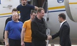 Volodymyr Zelenskyj vítá vyměněné zajatce