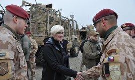 Ministryně obrany Karla Šlechtová během návštěvy v Afghánistánu
