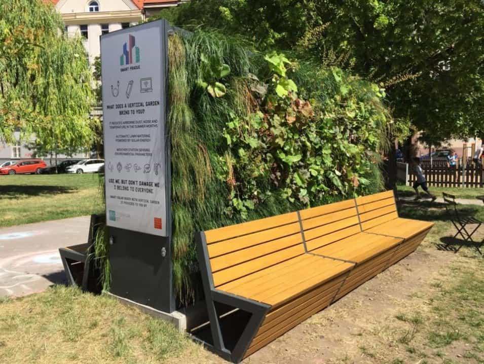 Praha 6 má dvě chytré lavičky