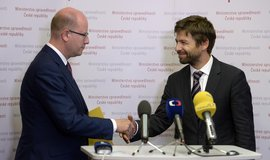 Premiér Bohuslav Sobotka (vlevo) a ministr spravedlnosti Robert Pelikán