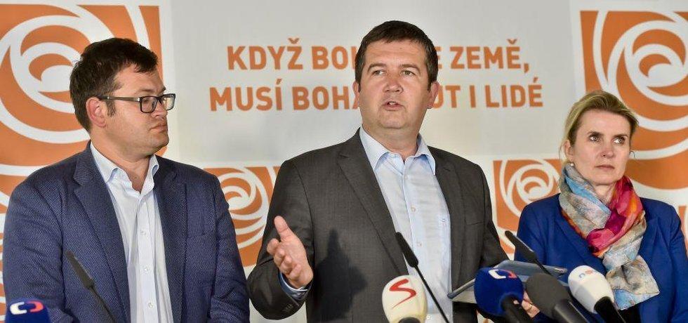 Předseda ČSSD Jan Hamáček, předseda Poslaneckého klubu ČSSD Jan Chvojka a místopředsedkyně strany Jana Fialová