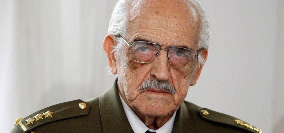 Antonín Štícha za druhé světové války spolupracoval s odbojem a zapojil se do Pražského povstání. V roce 1968 mu komunisté kvůli nesouhlasu s ruskou okupací zastavili služební postup