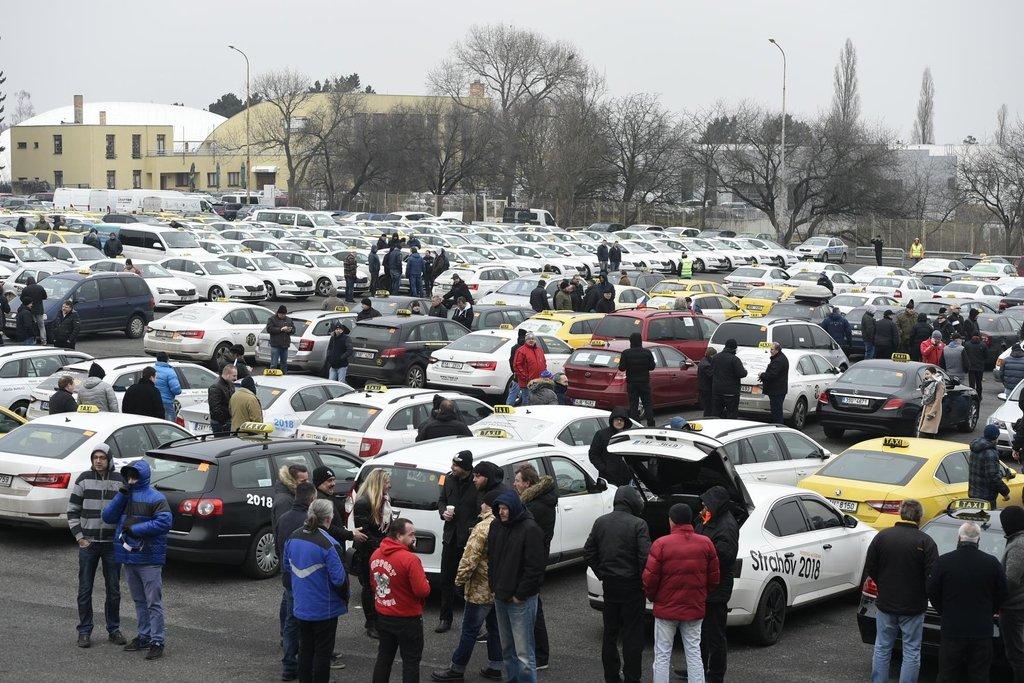 Vozů se na parkoviště u stadionu podle organizátorů sešlo 1800 až 2000.