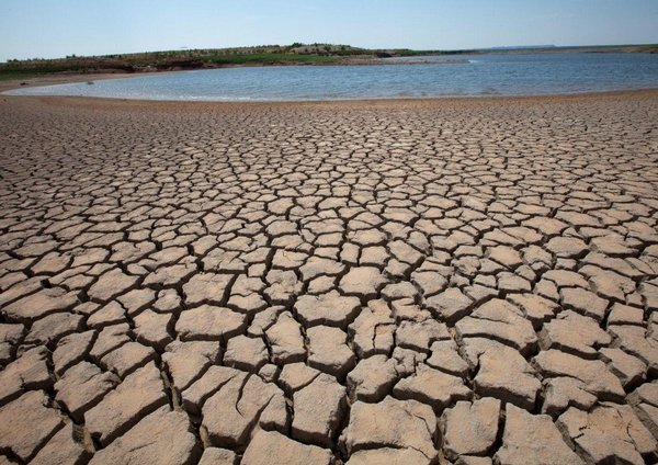 Opačný extrém. Vysychající vodní nádrž v americkém Texasu. Nedostatek vody bude v některých oblastech USA velkým problémem.