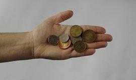 Od výplaty k výplatě, tak žije polovina Čechů. Počítají s pozdějším odchodem do důchodu