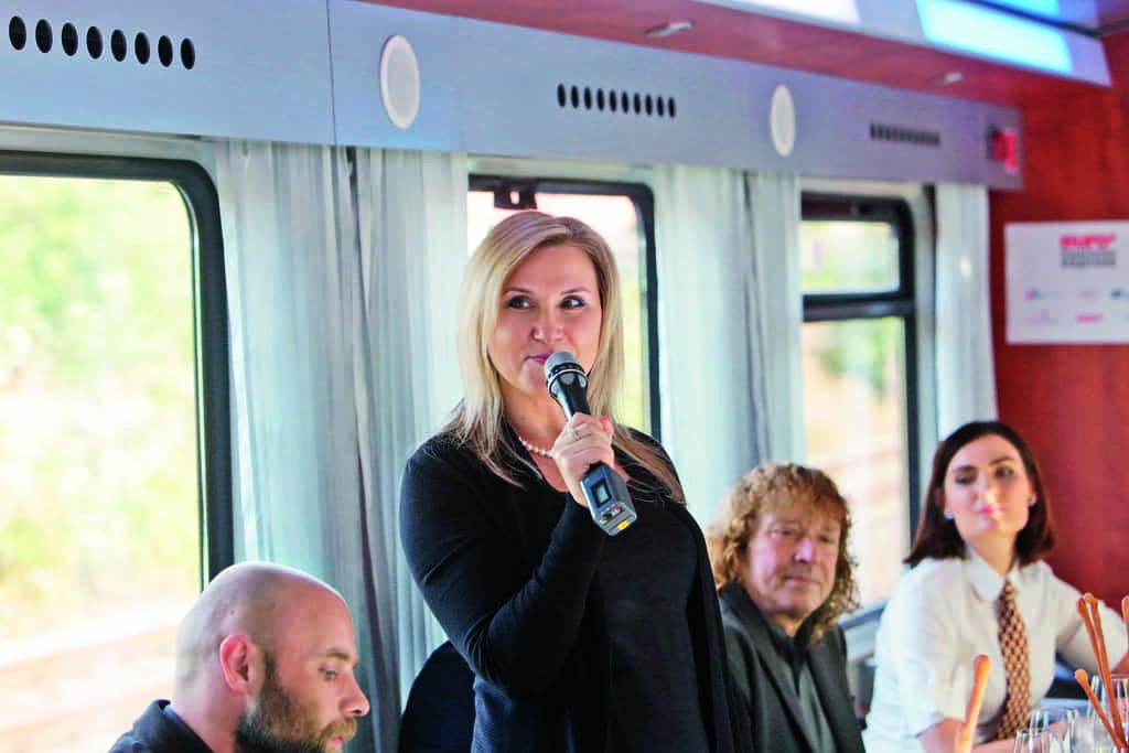 Ve vlaku k hostům z řad klientů a příznivců týdeníku Euro promluvila za Moravskoslezský kraj i Andrea Pánková z odboru regionálního rozvoje.