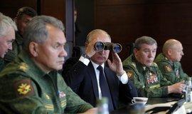 Ruský prezident Vladimir Putin přihlíží vojenskému cvičení Západ 2017, kterého se účastní 12 700 vojáků, 250 tanků, 70 letadel a vrtulníků, 200 děl, minometů a protiraketových systémů a deset bojových plavidel