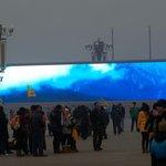 Smog dosahuje v Pekingu extrémních hodnot, obyvatelé mají sluneční svit jen z obřích obrazovek