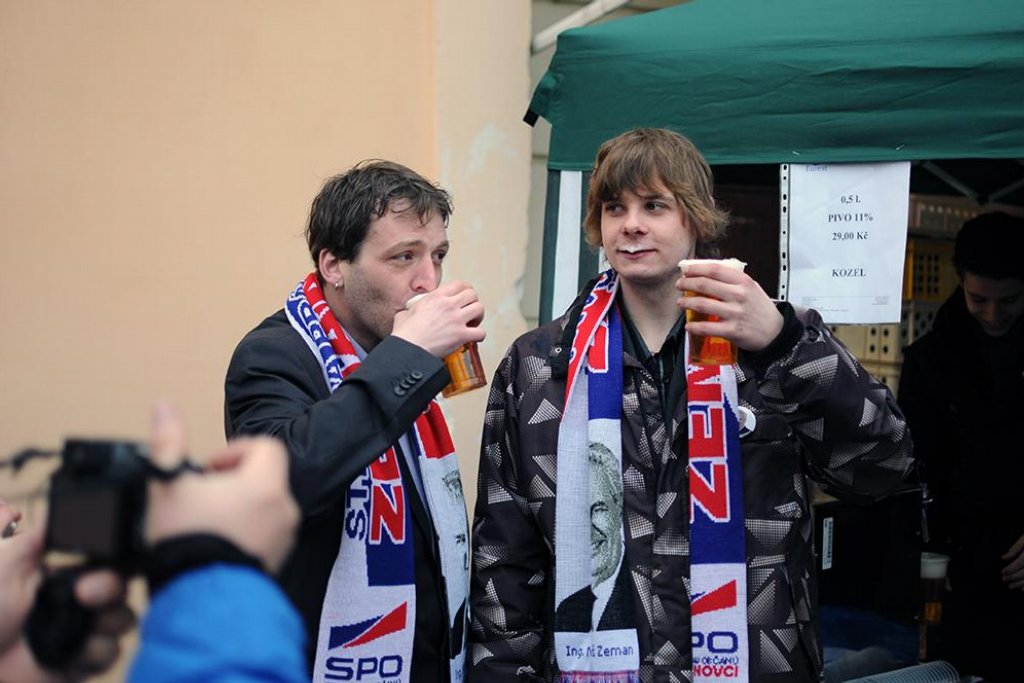 Fanoušci Miloše Zemana v Praze u stánku s pivem a klobásami.
