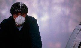 Smog ve městě a cyklista, ilustrační foto