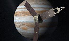 Umělecké ztvárnění sondy Juno na orbitě Jupitera (Zdroj: NASA)