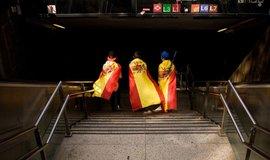 Chlapci ve španělských vlajkách po oslavě Národního dne 12. října 2017 v barcelonském metru. Otočit se zády ke Katalánsku mohou i velké firmy