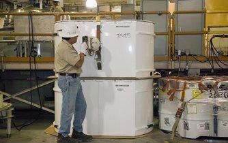 Příprava radioaktivního odpadu k transportu (ilustrační foto)
