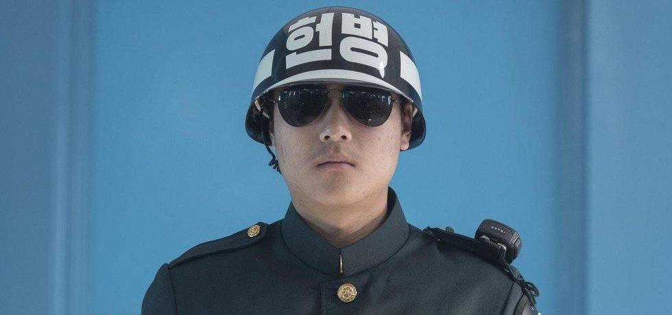 Jihokorejský voják na stráži u hranic se Severní Koreou.