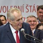 Miloš Zeman po vítězství v prezidentské volbě. V pozadí Vratislav Mynář a Martin Nejedlý