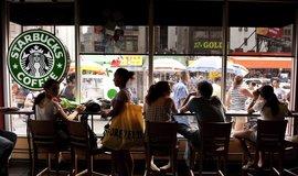 Pobočka Starbucks v čínské čtvrti v New Yorku