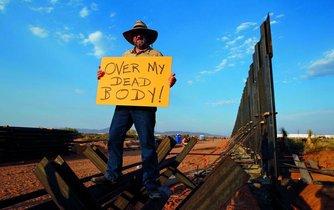 Přes moji mrtvolu. Mexiko právě zažívá nejkrvavější rok ve své historii. To je pro amerického prezidenta Donalda Trumpa, jenž Mexiko označuje za nejnebezpečnější zemi planety, samozřejmě další argument pro urychlenou stavbu zdi na hranicích