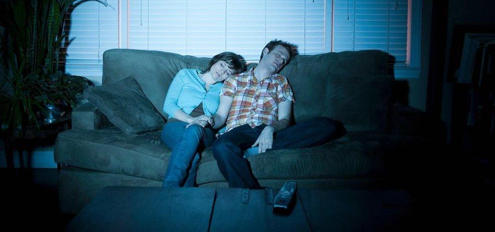 Pár spí před televizí, ilustrační foto
