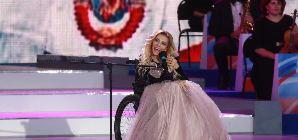Ruská zpěvačka Julie Samojlovová na režimní oslavě na Rudém náměstí v Moskvě
