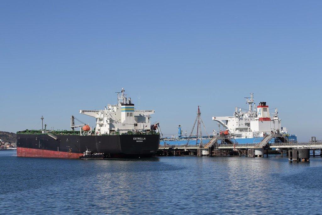 Pod vlajkou daňového ráje. Tankery jsou dnes většinou registrované v offshore centrech. Výjimkou není loď Estrella plující pod bahamskou vlajkou. Ve své kategorii patří k těm menším, přečerpání ropy lze v jejím případě stihnout za 20 hodin.