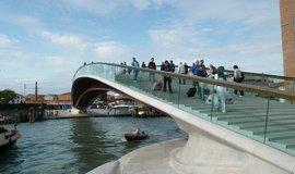 Známý architekt zaplatí milionové odškodné Benátkám. Navrhl nevhodný most