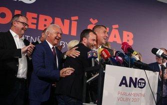 Dan Ťok, Jaroslav Faltýnek, Marek Prchal a Andrej Babiš oslavují úspěch hnutí ANO