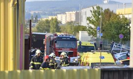 Zasahující hasiči na místě nehody