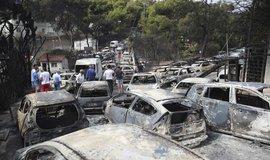 Shořelá auta v řeckém městě Mati