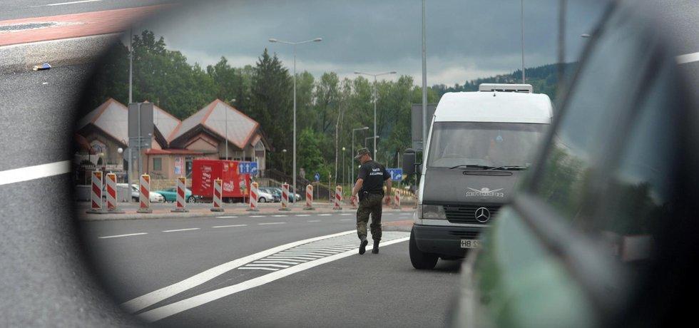 Na hraničním přechodu v Náchodě-Bělovsi začali od 4. června polští celníci v souvislosti s nadcházejícím mistrovstvím Evropy ve fotbale provádět namátkové kontroly řidičů.